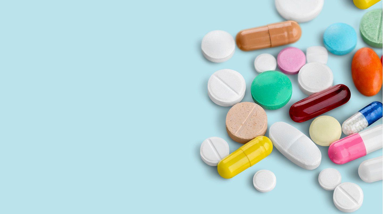 Wer viele verschiedene Tabletten einnimmt, muss auf mögliche Wechselwirkungen mit Lebensmittel achten.