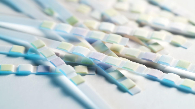 Selbsttests für Zuhause: Teststreifen mit bunten Farbverläufen.
