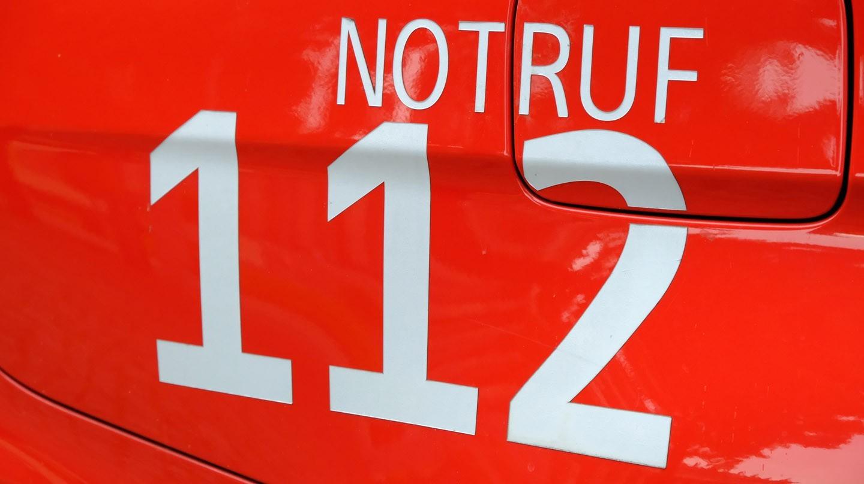 Verdacht auf Herzinfarkt: Schriftzug Notruf 112 auf rotem Rettungswagen.