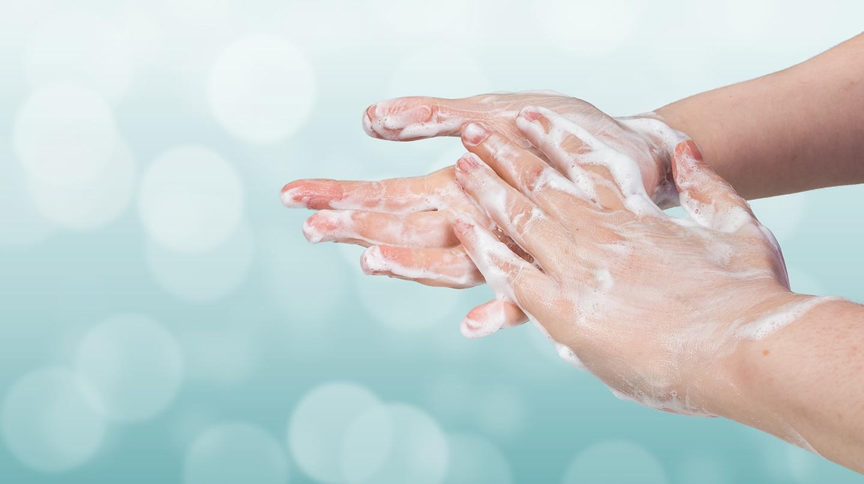 Corona-Virus: Ein eingeseiftes Händepaar.